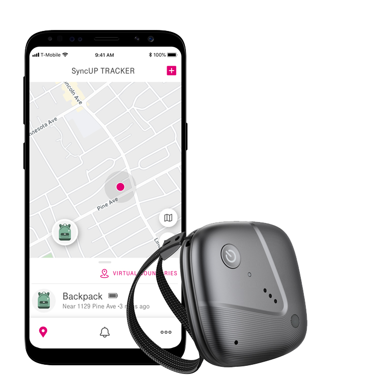 Dispositivo de rastreo Sync-up junto a un smartphone que muestra la ubicación exacta de una mochila en la appde mapas.