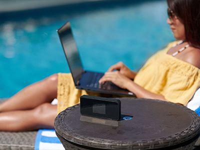 Mujer usando un dispositivo hotspot portátil para conectarse a Internet